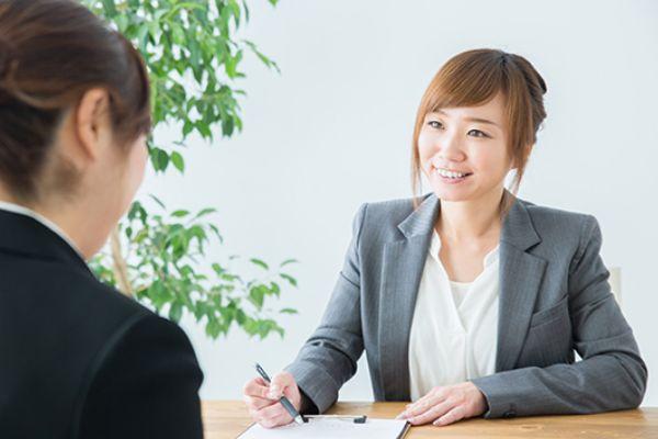 一対一で会話する女性