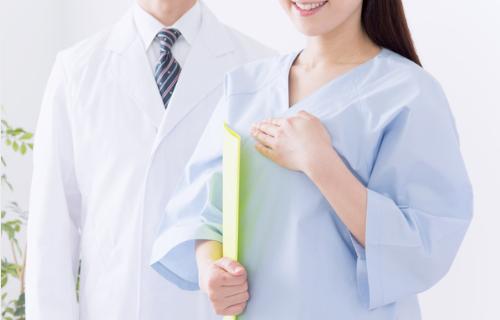 検査着の女性と医師